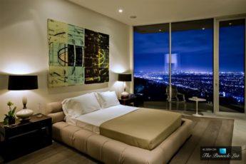 Затемненная спальная комната