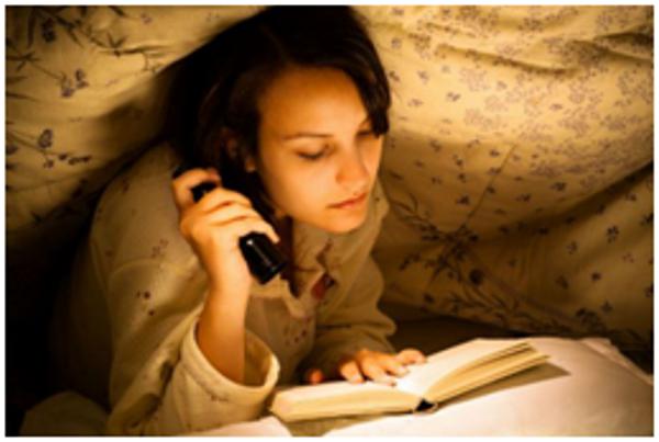 Девушка работает перед сном
