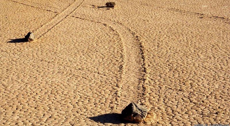 Блуждающие камни в Долине Смерти на западе США