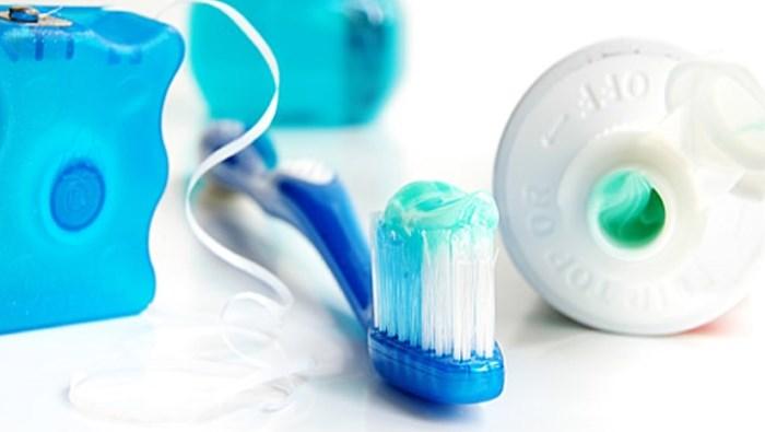 Применение зубная нити и ополоскивателя