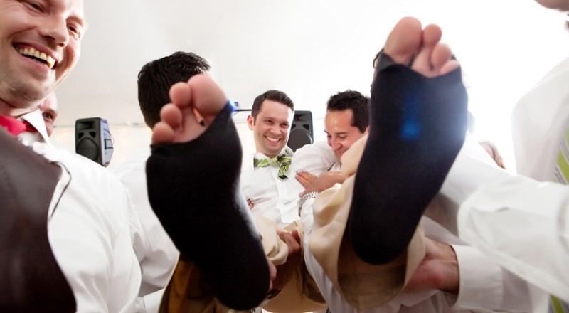 Прорезание дырок в носках на свадьбе в Дании