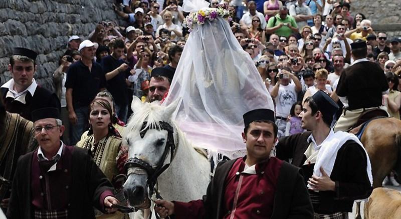 Невеста верхом на лошади на свадьбе в Македонии