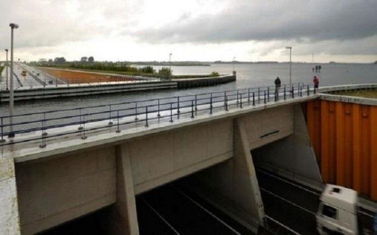 По бокам трассы водного моста предусмотрены пешеходные дорожки