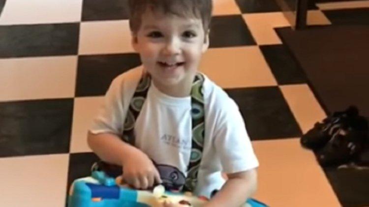Картинки по запросу 3-летний сын Галкина играет на гитаре и поет песню Филиппа Киркорова