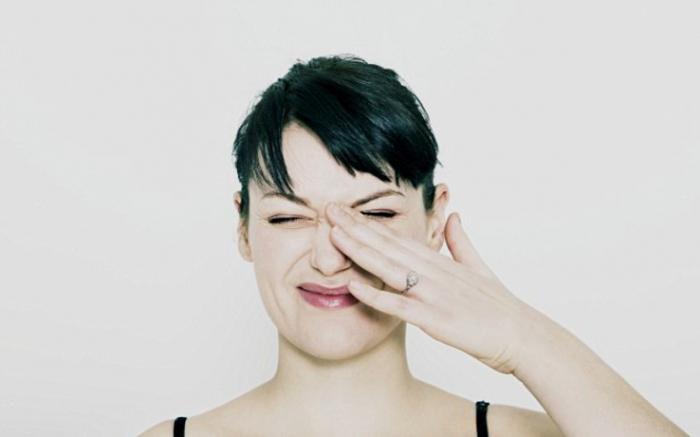 Женщина трогает глаз